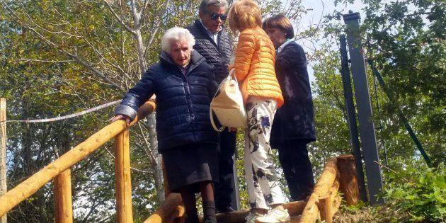 La 95enne Giuseppa Fattori lascia la casetta di legno abusiva costruita dopo il terremoto in un terreno...