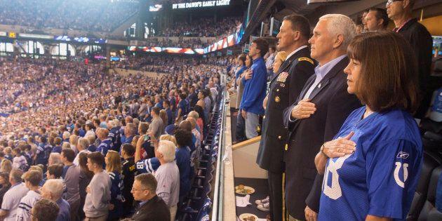 I giocatori di football americano protestano anche davanti al vicepresidente Pence, che si alza e se...