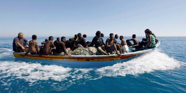 Collisione a largo della Tunisia, una nave contro un barcone con 70 migranti: almeno 8