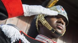 Il primo corazziere di colore che accoglie il Papa al Quirinale è già diventato un simbolo