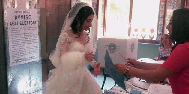 Va a votare alle Comunali dopo il matrimonio e si presenta al seggio vestita da