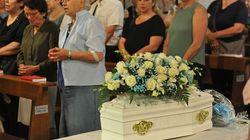 Folla ai funerali di Giovanni, il piccolo di Settimo abbandonato dalla madre. Ma la famiglia è