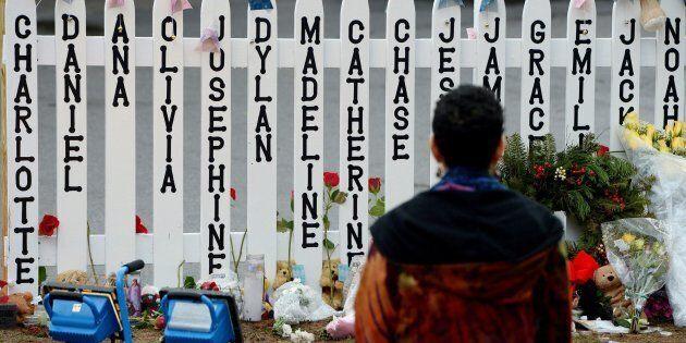 I parenti delle vittime della sparatoria di Sandy Hook criticano la NBC per aver intervistato il cospiratore...