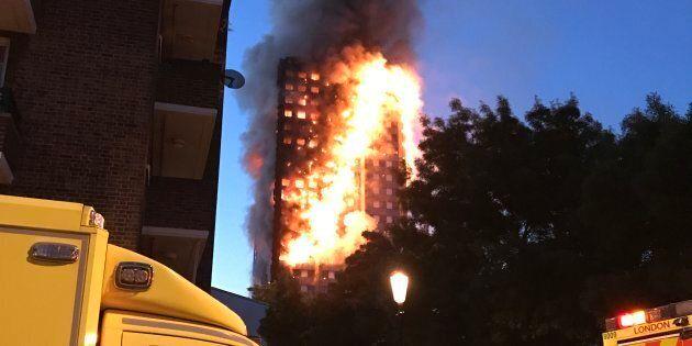 Londra, rogo in grattacielo nel nord della città, almeno 30 persone in ospedale. Ci sono