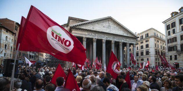Un momento del sit-in organizzato dalla sinistra contro la fiducia sul Rosatellum in piazza del Pantheon...