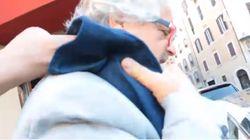 La piazza m5s attende Grillo, lui arriva a Roma con un piede finto sulla