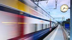 Scende per timbrare il biglietto, ma il treno riparte con il figlio di un anno a bordo, in provincia di