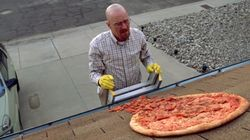 Il proprietario della casa usata come set di Breaking Bad sta costruendo un muro di 2 metri per impedire ai fan di lanciare p...