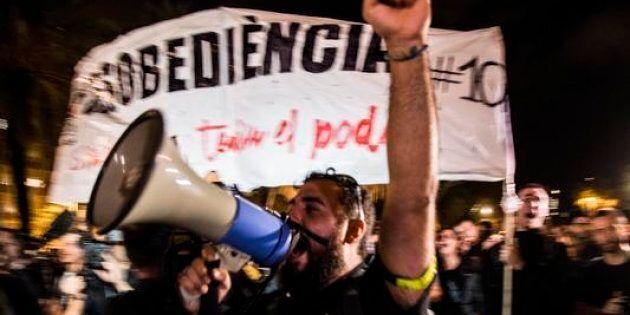 Barcellona. Gruppi di indipendentisti manifestano sotto al parlamento catalano, in attesa della dichiarazione...