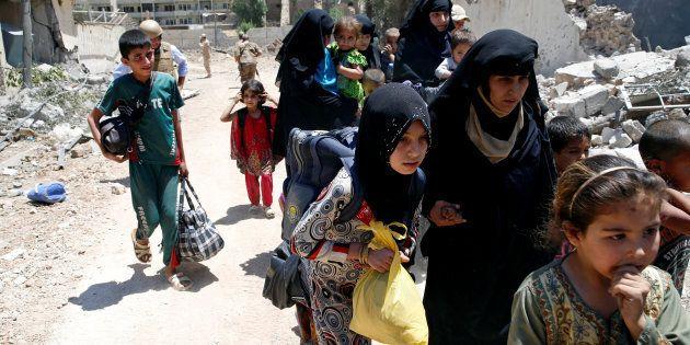 I civili intrappolati a Mosul costretti a mangiare fogli di carta e carne di gatto per