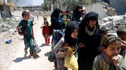 Bambini e anziani in trappola a Mosul costretti a mangiare fogli di carta e carne di gatto cruda per