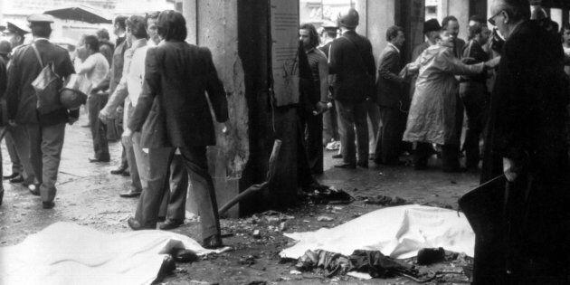 Una immagine del 28 maggio 1974 mostra le vittime dell'attentato coperta da lenzuoli a piazza della Loggia...