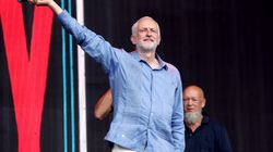 Jeremy rocks. Il leader laburista accolto come una star al Glastonbury