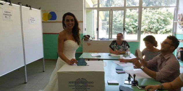 A Sabaudia una coppia di sposi si presenta alle urne per votare al