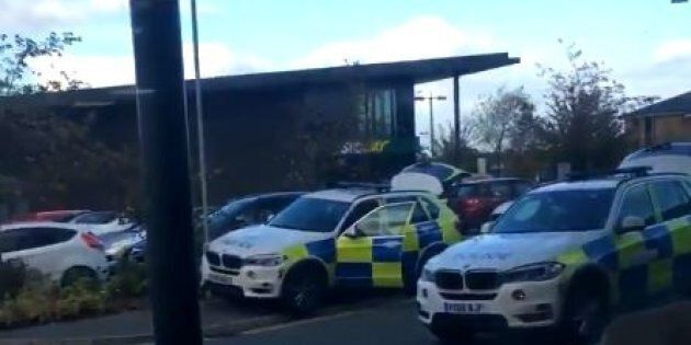 Blitz della polizia nella sala da bowling di Nuneaton, in Inghilterra: liberati i due ostaggi, nessun