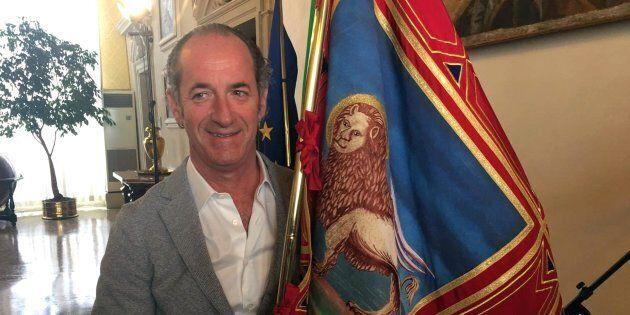 Il presidente della Regione Veneto, Luca Zaia, posa per una foto con il gonfalone del Veneto, 09 ottobre...