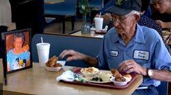 Dopo 64 anni insieme la moglie muore, ma il marito 93enne non rinuncia a mangiare tutti i giorni