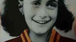 Adesivo antisemita all'Olimpico: Anna Frank veste la maglia della Roma. Insorge la comunità