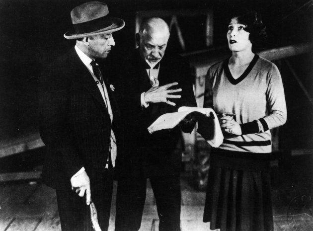 Luigi Pirandello, autore e direttore teatrale, durante le prove del dramma