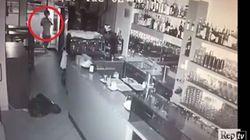 I ladri assaltano il bar, il passante se ne accorge e si prende da