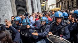 Blitz di Casapound a palazzo Marino per chiedere le dimissioni di Sala, scontri con i centri