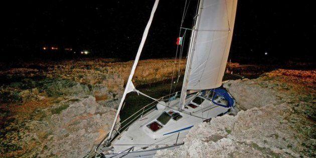 La barca a vela naufragata a largo di Brindisi,.Carovigno(Brindisi), 26 novembre 2011. ANSA/DARIO