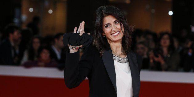 Virginia Raggi sfila sul red carpet in tailleur nero all'apertura della Festa del cinema di