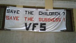 Striscione skinhead sotto la sede di Save The Children a