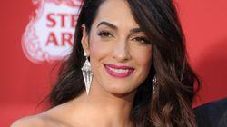 Basta una nuova acconciatura per rendere irriconoscibile Amal Clooney ad