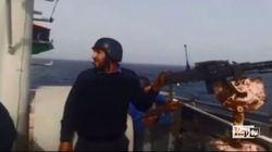Spari ed esplosioni: la lotta tra gli scafisti e i nuovi guardiacoste di