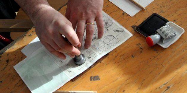 Timbro su una tessera elettorale in una foto d'archivio. ANSA / MATTEO