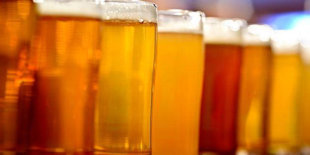 Resta chiuso nel reparto frigo del supermarket, ma invece di cercare aiuto, beve tutte le birre che c'erano