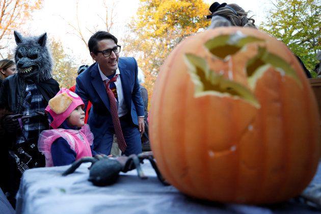 Justin Trudeau per Halloween è andato in Parlamento vestito da Clark Kent. E poi si è trasformato in