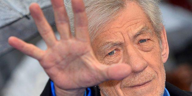 """Ian McKellen: """"Cari attori gay, non fate come Kevin Spacey e dichiarate subito la vostra omosessualità...."""