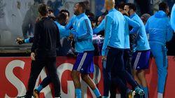 Evra come Cantona: calcio in faccia ai suoi stessi tifosi. E l'espulsione è
