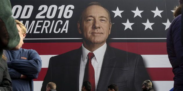 Kevin Spacey, la produzione di House of Cards valuta se uccidere Frank