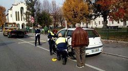 Apre all'improvviso la portiera dell'auto, ma sopraggiunge un ciclista: morto sul colpo davanti agli occhi della