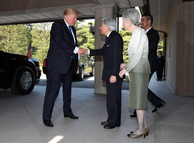 Trump concede all'imperatore del Giappone solo una stretta di mano, niente inchino come fece