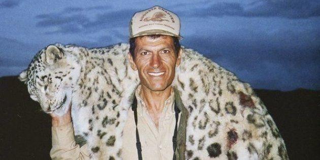 Uccide un raro leopardo delle nevi e si scatta una foto col suo cadavere, cacciatore scatena la furia...