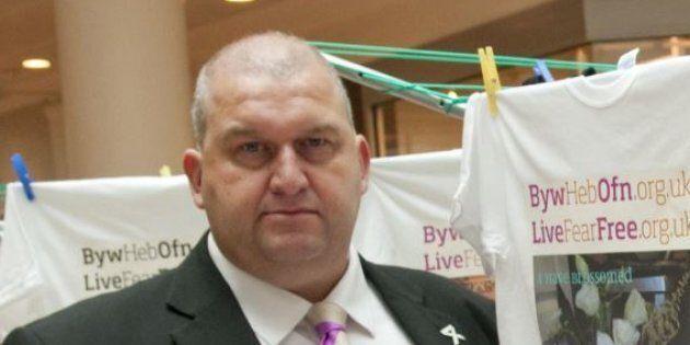 Si suicida ex ministro gallese accusato di molestie