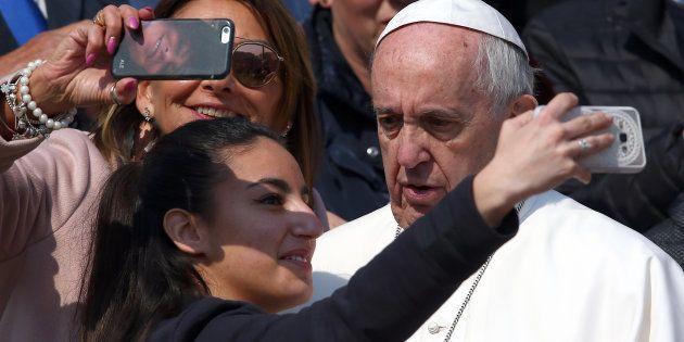 Papa Francesco contro gli smartphone: