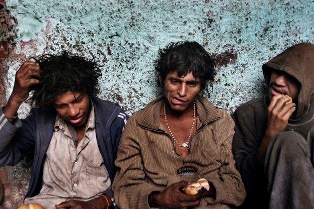 Lima, Perù, 2006. Ragazzi di strada mangiano dopo aver fumato