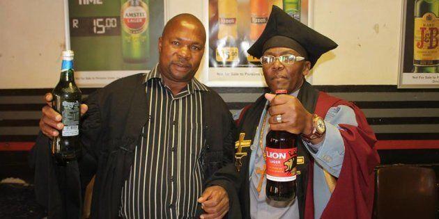 Questo vescovo battezza con la birra. Molti condividerebbero il motivo per cui lo