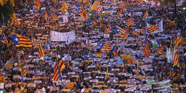 Il mare degli indipendentisti sfila a Barcellona: 750mila persone in corteo per la liberazione dei