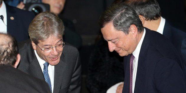 Il presidente del Consiglio Paolo Gentiloni (S) saluta la moglie del presidente della Bce Mario Draghi...