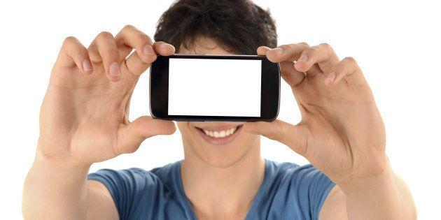 Ruba lo smartphone, ma l'app antifurto gli scatta un selfie e lo manda alla proprietaria.