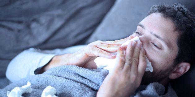 È ufficiale: gli uomini soffrono davvero più delle donne durante l'influenza (lo dice la