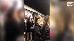 Romani esasperati dall'attesa bloccano la metro. E interviene un