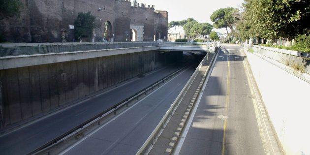 Cadavere di una donna trovato in un sottopasso del centro di Roma: avrebbe una profonda ferita alla testa....