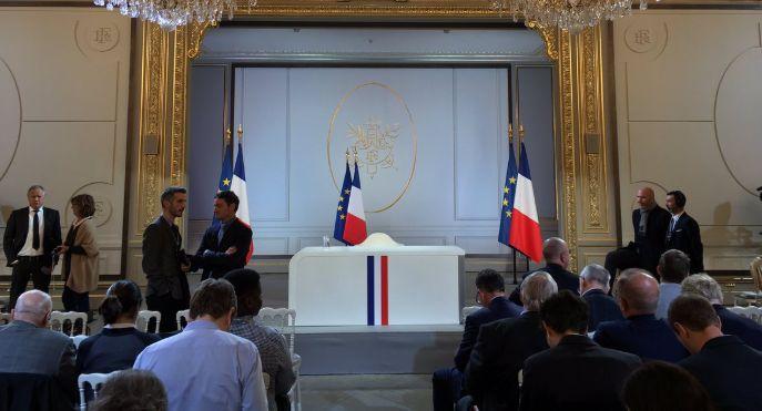 Macron derrière un bureau pour son allocution comme De Gaulle et